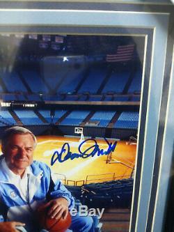 Dean Smith Signés Tar Heels Unc Basketball 8x10 Beckett Coa Photo Encadrée Rare C